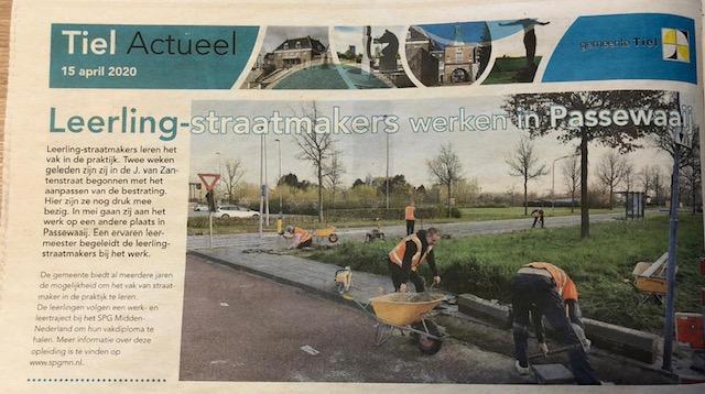 Leerling Straatmakersploeg aan het werk in Passewaaij gemeente TIEL